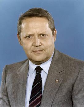 Bundesarchiv_Bild_183-1982-0504-421,_Günter_Schabowski.jpg